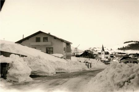 Meterhoch türmt sich der Schnee im Winter an der Strassenrändern zum Firmengebäude