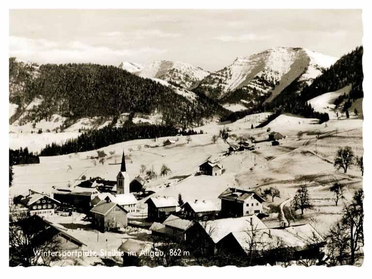 Historische Postkarte des Wintersportortes Steibis - eine verschneite Berglandschaft am Horrizont der Hochgrat - ein Berg der Nagelfluhkette.