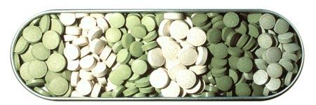 Eine Schale mit fertigen Presslingen in verschiedenen Grün-/ Beigetönen.